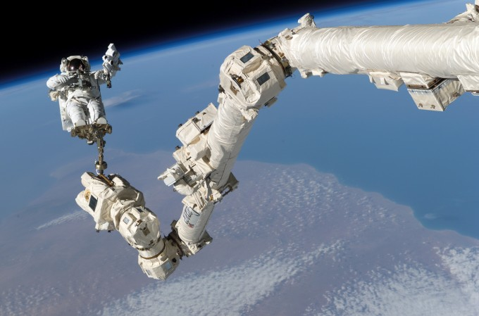 STS-114_Steve_Robinson_on_Canadarm-gaming-space